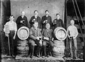 Die Belegschaft der Brauerei Schneider, sitzend die Chefs Karl Immanuel und Johann Martin Schneider.