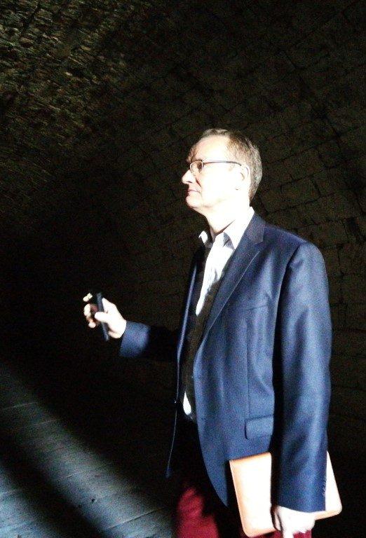 MdB Gunther Krichbaum wundert sich über die Bürokratie im Gewölbekeller