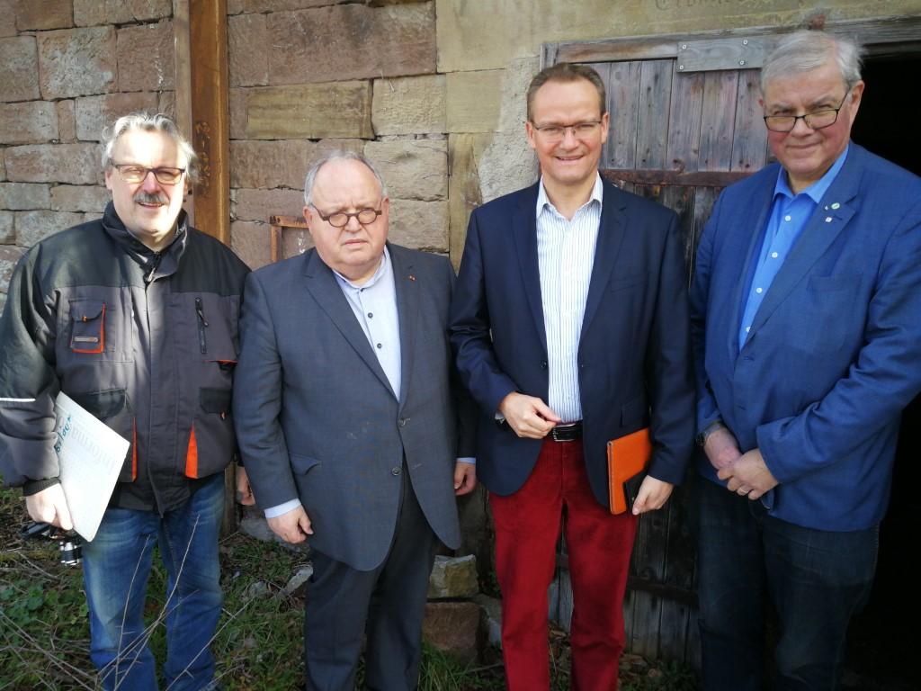 Vor dem Bierkeller in Lienzingen: Roland Straub, Günter Bächle, Gunther Krichbaum und Dr. Peter Napiwotzky (v.l.)